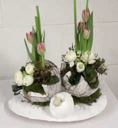 Flower arranging Spring & Easter 2016 – Two half eggs o …- Bloemschikken Vo… Easter Flower Arrangements, Easter Flowers, Floral Arrangements, Easter Table Decorations, Flower Decorations, Oster Dekor, Cardboard Christmas Tree, Easter Egg Dye, Deco Floral