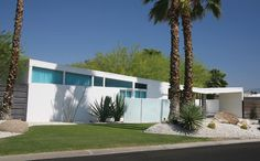 Mid-Century Modern Houses in Palm Springs. The desert oasis of Palm Springs, California, offers a deep well of mid-century modern architecture. Mid Century Ranch, Mid Century House, Post Modern Architecture, Architecture Design, Butterfly Roof, Mid Century Exterior, Craftsman Exterior, Prefabricated Houses, House Roof