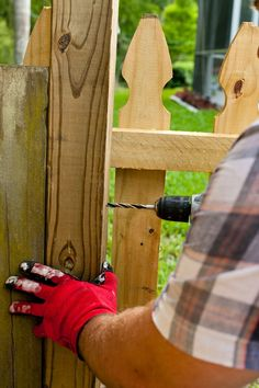 DIY Horizontal Slat Fence and Backyard Makeover. Create a stunning backdrop for your yard with these DIY privacy fence panels. Privacy Fence Panels, Privacy Fence Designs, Pallet Fence, Diy Fence, Fence Ideas, Fence Gate, Backyard Privacy, Backyard Fences, Outdoor Pergola