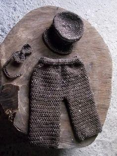 Conjunto confeccionado em crochê ( calça,quepe e gravatinha) cor- marrom tamanhos - RN , 1 a 3 / 3 a 6 / 6 a 9 meses R$ 69,90