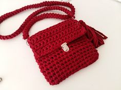 Let's crochet handbags again. This bag is among the first that I did when I discovered crochet with t-shirt yarn. It is very easy to do and even if you are a beginner, you can make a beautifu…