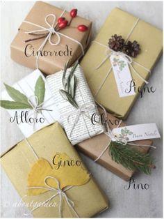 pacchetti. carta riciclata. fiori. foglie. spago.