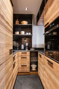 mini cuisine u longueur couloir style montagne petit appartement familial à Val d'Isère Chalet Design, Küchen Design, Chalet Style, Ski Chalet, Kitchen Bar Design, Kitchen Styling, Ski Decor, Chalet Interior, Modern Interior Design