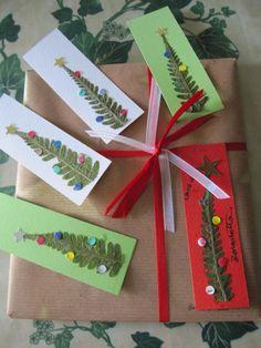 Luisa ha condiviso nella pagina facebook di Pane, amore e creatività questa foto con i suoi biglietti di Natale eco-green. Gli alberi sono delle foglie di felce, mentre le decorazioni sui rami sono state create con gli scarti prodotti dalla perforatrice. Tutti gli elementi sono stati poi incollati su dei cartoncini colorati. Un'idea splendida da...
