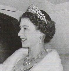 Elizabeth II usando la versión 1913 de la Cambridge Lovers Knot Tiara