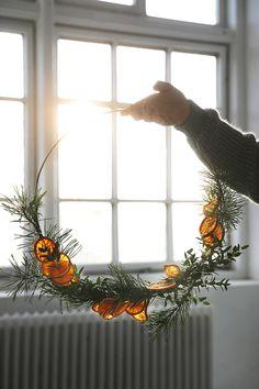 DIY: Julkrans med torkade apelsinskivor - Trendenser - Food for thought Minimalist Christmas, Christmas Mood, Noel Christmas, Scandinavian Christmas, Simple Christmas, Christmas Wreaths, Christmas Crafts, Christmas Ornaments, Christmas Makeup