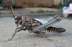 Schrott Metall Skulptur einer Feld-Heuschrecke