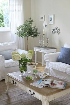 Klasyczne kanapy i stylowe stoliki nadały temu salonowi francuski styl. Drzewko oliwkowe w doniczce jednoznacznie przywołuje na myśl południowy prowansalski klimat. Biało-kremowa kolorystyka sprawia, że wystrój jest lekki i świeży.