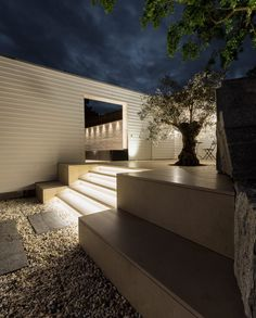 Gartentreppe und Terrassenbelag aus dem selben Naturstein