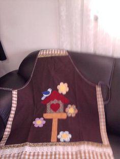 Avental feito com brim leve. Bordado a mão em patch apliquê. Acabamento com viés e renda de algodão.