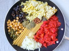 One pot spaghetti alla puttanesca: a fast & hearty vegan pasta dish with olives, capers, chickpeas and artichoke hearts!