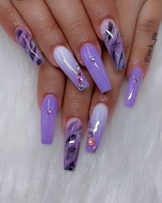 False nails have the advantage of offering a manicure worthy of the most advanced backstage and to hold longer than a simple nail polish. The problem is how to remove them without damaging your nails. Blue Nail, Purple Acrylic Nails, Purple Nail Art, Purple Nail Designs, Summer Acrylic Nails, Best Acrylic Nails, Purple Ombre Nails, Cute Acrylic Nail Designs, Violet Nails