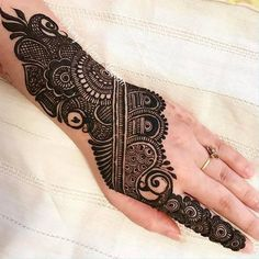 We have Arabic new mehndi designs plane for you. The simple Arabian mehndi design is for beginners. Henna Hand Designs, Mehndi Designs Finger, Mehndi Designs For Girls, Mehndi Designs For Beginners, Modern Mehndi Designs, Mehndi Designs For Fingers, Wedding Mehndi Designs, Mehndi Design Pictures, Latest Mehndi Designs