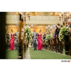 Entrada do noivo na igreja.   Cerimonia.de casamento na Igreja Santa Terezinha em Curitiba. Festa de Casamento no Hípica ❤ Decoração lindíssima e muita inspiração para noivas.