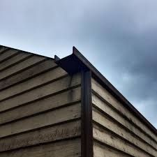 progress at Daylesford showing off the gutter and inverted cornerstops Timber Cladding, Exterior Cladding, Ideas Cabaña, Detail Architecture, Roof Detail, Roof Design, Metal Roof, House In The Woods, Historic Homes