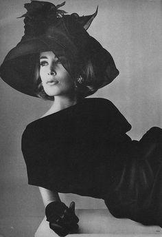 Vogue 1964 by Irving Penn (all black vintage glamour) Glamour Vintage, Vintage Vogue, Moda Vintage, Vintage Beauty, Vintage Woman, Fashion Fotografie, Vintage Outfits, Vintage Clothing, Vintage Dresses