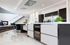 Weinkühlschrank in der Kücheninsel