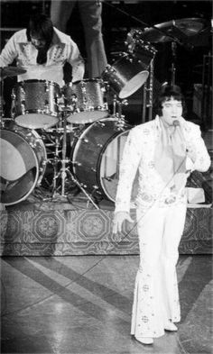 Elvis on stage at the Las Vegas Hilton in august 1973.