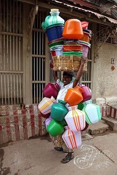 Kitchen pot salesman carrying his stock on his head, Madurai, Tamil Nadu, India