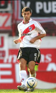 Javier Mascherano of River Plate in Football Icon, Retro Football, Football Photos, World Football, Football Soccer, Football Shirts, Good Soccer Players, Football Players, Argentina National Team