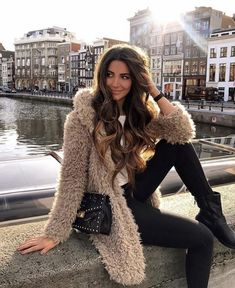 14 Winter date night outfits to copy now From casual laid-back looks to cute festive dresses, these winter outfits should already be in your closet. Winter Date Night Outfits, Casual Winter Outfits, Fall Outfits, Cute Outfits, Winter Night, Edgy Outfits, Dress Outfits, Look Fashion, Skirt Fashion