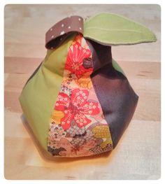 Pour le swap de juin sur le thème Tutti frutti j'ai réalisé pour Esperluette un cale porte anti-courant d'air en forme de poire !