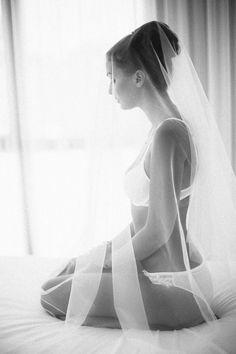 Sinnliches Braut-Boudoir - Pin to Pin Budiour Photography, Boudoir Photography Poses, Wedding Photography, Boudoir Wedding Photos, Bridal Photoshoot, Boudoir Posen, Marie, Site, Wedding Ideas