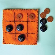 felt tic tac toe board with button playing pieces