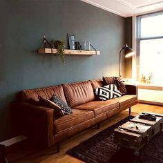 • B I N N E N K I J K E N •  De binnenkijkers volgen elkaar soms snel op. Maar...deze moeten jullie zien...  Wat een prachtige ruimte is dit . De combinatie van de cognackleurige leren bank, de grijsgroene muur en onze wandplank vinden we zo ontzettend mooi! Dank je wel Gérieke voor het toesturen.   #meubels #meubelmakerij #wandplank #wanddecoratie #oudhout