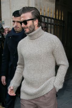 Cool 35 Magnificient David Beckham Outfits Style Ideas That You Need To Know Mens Fashion Sweaters, Sweater Fashion, Mens Turtleneck, Men Sweater, Fashion For Men Over 50, David Beckham Style, Lacoste T Shirt, Look Street Style, Charming Man