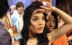 Recordar é viver. Nas gravações de High School Musical, Zac Efron fez uma surpresinha para a ex Vanessa Hudgens!