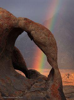 Alabama Hills Double Arch Rainbow by Steve Sieren. Sierra Nevada, CA Rainbow Sky, Love Rainbow, Over The Rainbow, Rainbow Magic, Rainbow Photo, Beautiful World, Beautiful Places, Foto Fun, Sierra Nevada