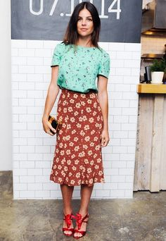 To Mix Prints Like An It-Girl Tuck a botanical blouse into a floral skirt for a flirty and retro feel. //Tuck a botanical blouse into a floral skirt for a flirty and retro feel. Fashion Blogger Style, Fashion Week, Net Fashion, Street Fashion, Fashion Tag, 2000s Fashion, Fashion Bloggers, Trendy Fashion, Fall Fashion
