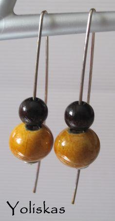 Pendientes Yoliskeros con piedra cerámica en ambar y bola de madera chocolate. Para más información visítanos en nuestro blog.