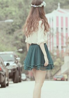 소녀다운 코디 크림색 블라우스와 청록색 주름치마와 화환