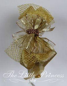 Fascinator confeccionado em fita de metalizada, decorada, voilette e fivela. OBS: A fivela pode variar conforme estoque.