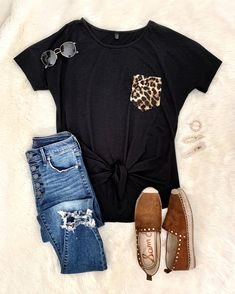 Black tee with a leopard pocket, jeans, & rockstud flats Casual Summer Outfits, Fall Winter Outfits, Spring Outfits, Trendy Outfits, Cute Outfits, Fashion Outfits, Womens Fashion, Fashion Trends, Fashion Tips