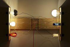 Bulbos, fios e botões coloridos da dupla Neute Chvaicer para garantir um toque de design em casa