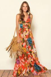 Cartera de flecos HERMOSAAA con vestido largo floreado es un look clave