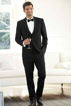 Tuxedo is the classic attire for men and it represents style, class, elegance and personality. There are set rules for wearing a tuxedo and it is important to get them straight. Tuxedo Suit For Wedding, Black Tuxedo Suit, Black Suit Men, Groom Tuxedo, Tuxedo For Men, Wedding Men, Wedding Suits, Wedding Dinner, Outfit Hombre Formal