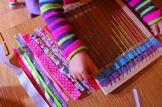 DIY Cadre de Tissage » croquelavieenrose.fr -  J'ai eu envie d'en profiter pour récupérer le bois et lui donner une seconde vie !  1. avec ma perçeuse, j'ai fait des trous sur les côtés opposés du cadre   2. j'ai ensuite enfilé de la laine colorée de haut en bas (fil bien tendu et nouée par l'arrière)   et voilà j'ai pu proposer à Anouk une initiation au tissage avec mes plus jolis rubans ♥
