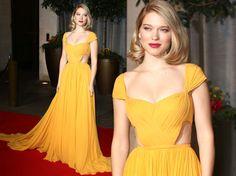 Destaque no tapete vermelho do Bafta 2015, a atriz Lea Seydoux usou um vestido amarelo drapeado e cheio de recortes da Prada.