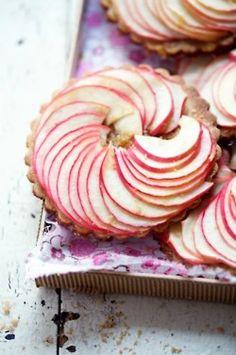 (via Nom Nom - Pies, Quiches & Tarts / apple tarts)