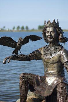 #Kiel Die Statue besteht ausschließlich aus Altmetallen, die ihre ursprüngliche Form behalten, aber gänzlich zweckentfremdet weiterverwendet werden. Altes Blech, ausrangierte Schrauben, Zahnräder, Getrie...