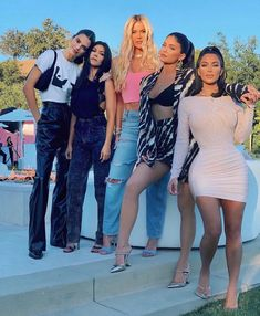 Kourtney Kardashian at Her 'Breaking Point' on KUWTK Finale: 'I Don't Want to Film Anymore' Robert Kardashian, Khloe Kardashian, Kardashian Family Photo, Estilo Kardashian, Kardashian Kollection, Kardashian Fashion, Kris Jenner, Kendall Jenner Style, Jenner Family