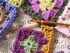 Detailed photo tutorial on how to crochet a granny square for absolute beginners. Crochet Squares, Crochet Granny, Easy Crochet, Knit Crochet, Granny Squares, Crochet Chart, Crochet Patterns, Granny Square Tutorial, Elephant Baby Blanket
