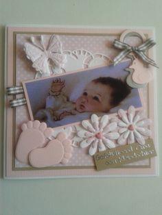 Babykaart voor oma met nostalgisch plaatje. Voetjes.bloemen.vlinders.rammelaars met lint...
