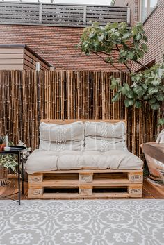 A house where everything matches - Stek Woon & Lifestyle Magazine - A house where everything matches Looking outside Pallet bench outside - Pallet Bank, Outdoor Pergola, Outdoor Decor, Backyard, Patio, White Gardens, Take A Seat, Outdoor Projects, Bathroom Interior
