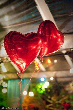 Balões vermelhos de gás em forma de coração na festa do casamento. Foto: Aline Machado.