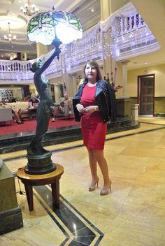 El vestido rojo medio copiado y medio diseñado por mi lo hizo una modista habanera que también puso la tela. La cazadora es de Zara que le restaba seriedad al conjunto. Los zapatos son Louboutin y el bolso de Purificación García.